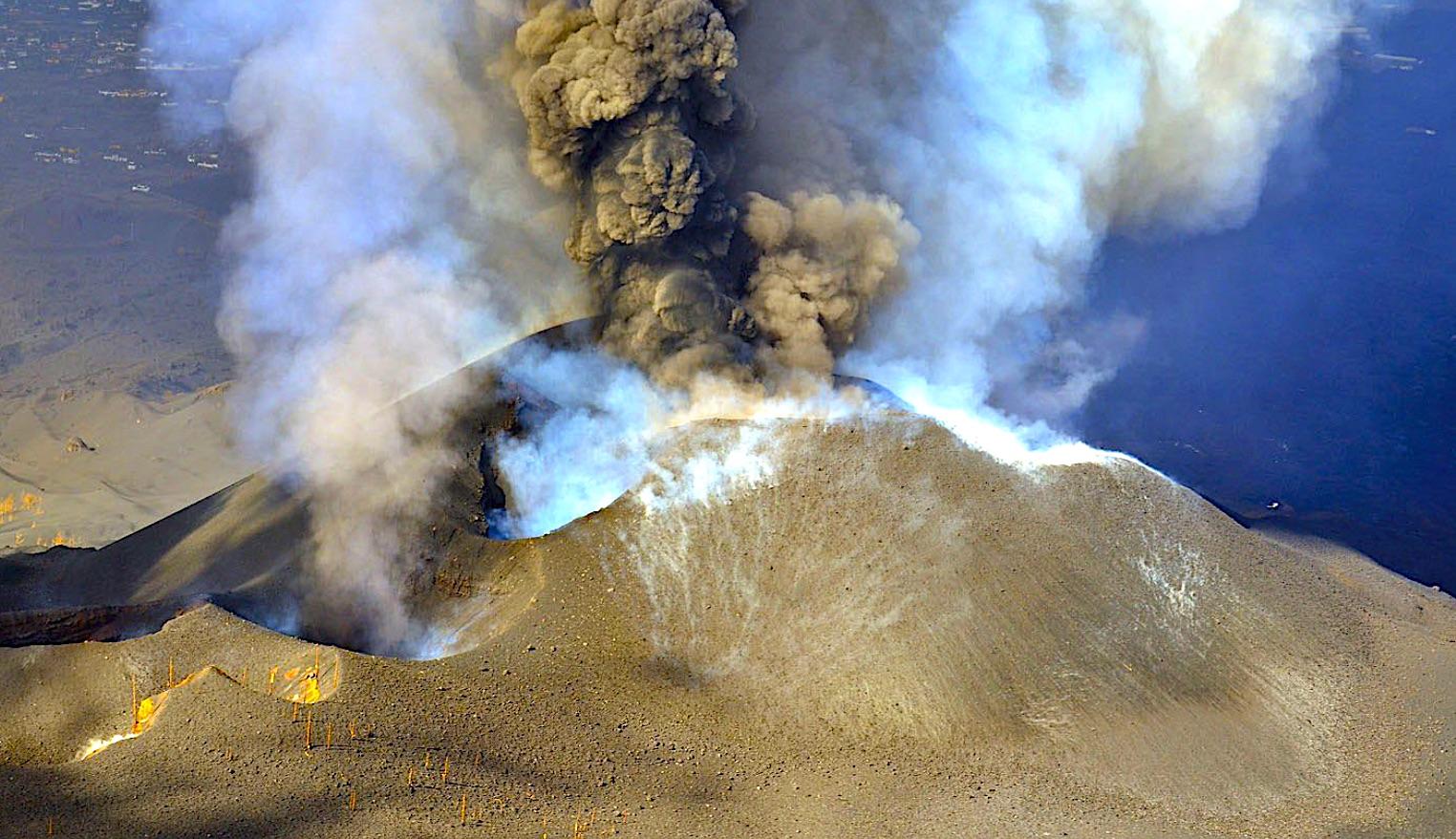 """El Volcán de Cumbre Vieja sigue liberando mucha energía y """"sigue aumentando su poder"""""""